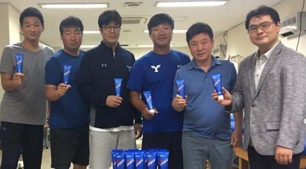 연세대 운동부에 스포츠 크림을 전달한 김기범 대표(맨 오른쪽).