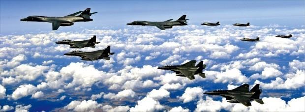 지난 18일 미국의 전략무기인 F-35B 스텔스 전투기 4대와 '죽음의 백조'로 불리는 B-1B 전략폭격기 2대가 18일 한반도 상공에서 우리 공군 F-15K 4대와 폭격훈련을 진행했다. /공군 제공