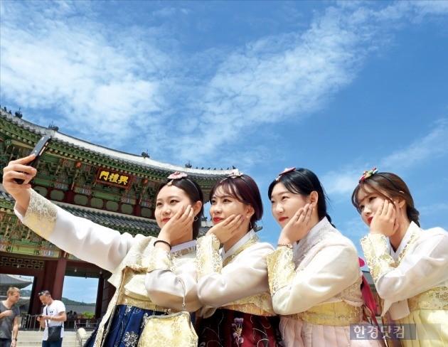 서울 경복궁을 찾은 대학생들. / 사진=한경DB