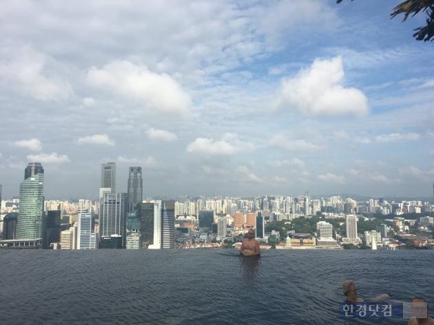 싱가포르 '마리나베이샌즈 호텔' 내 인피티니풀. 이소은 기자