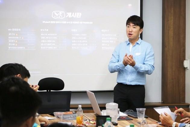 지난 22일 개그맨 장동민이 VR플러스 창업설명회에 참석해 예비 점주들 앞에서 강연을 했다.