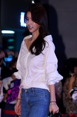 오인혜, '깊게 파인 셔츠 입고'