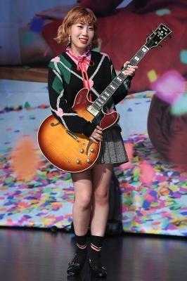 볼빨간 사춘기 우지윤, '기타 들고 귀여운 미소~'