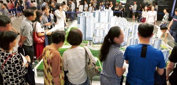 서울 문정동 래미안강남포레스트 모델하우스를 둘러보는 방문객들. 이 단지는 평균 40 대 1의 청약경쟁률을 기록했다.  삼성물산  제공