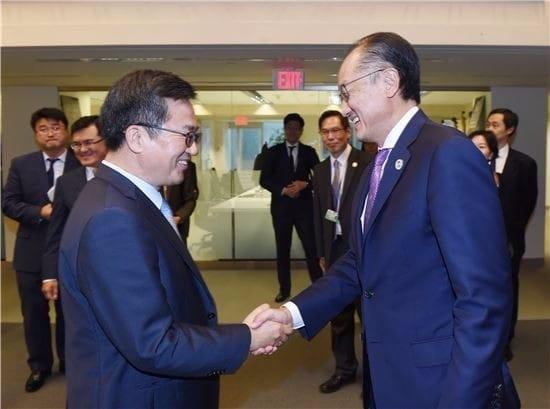 IMF/WB 연차총회 참석차 미국 워싱턴을 방문중인 김동연 부총리 겸 기획재정부 장관(왼쪽) 14일(현지시간) 세계은행(WB)에서 김용 세계은행 총재와 면담에 앞서 악수하며 인사를 나누고 있다./사진=기획재정부
