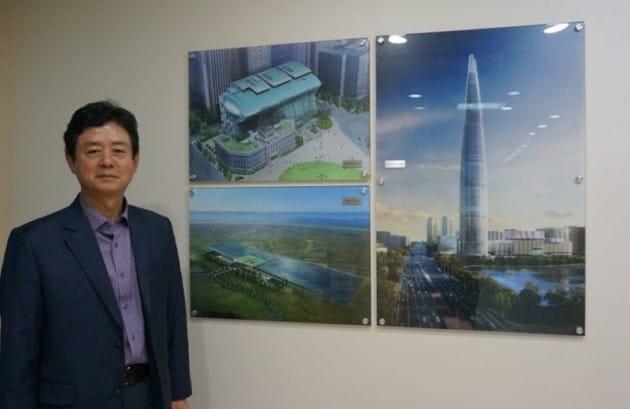 김금파 코텍엔지니어링 대표가 롯데 월드타워, 화성 유리온실 등 지열시스템 설치를 마친  건물들을 배경으로 포즈를 취하고 있다.
