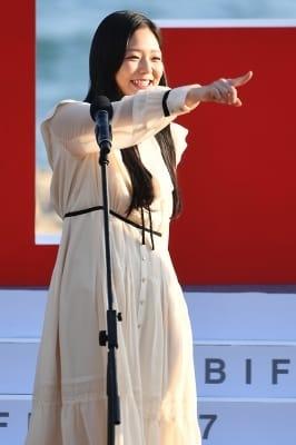 이솜, '누군가를 바라보며 웃음 빵~' (부산국제영화제)