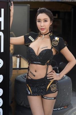 레이싱모델 장인영, '우월한 볼륨 몸매 뽐내며~'