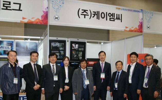 민병덕 KMC 대표(왼쪽에서 다섯 번째)가 행사장에서 기념촬영을 하고 있다.