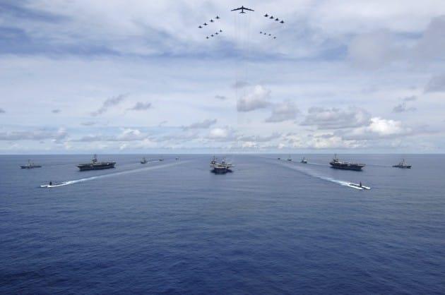 2007년 8월 태평양에서 공동훈련하는 미국 항공모함 키티호크호, 니미츠호, 존 스테니스호. 출처-미 해군 홈페이지
