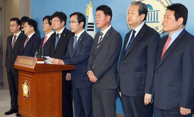 김무성 의원 등 탈당한 바른정당 의원들 ◎한경DB