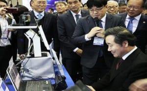 홍채결제시스템을 체험하는 이낙연 국무총리와 김부겸 행정안전부 장관
