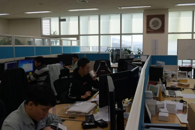 엠플러스의 사무실에서 직원들이 근무 중이다.