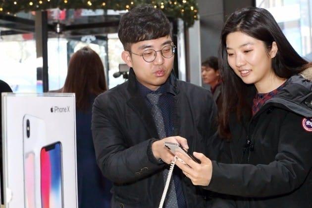 24일 오전 서울 광화문 KT 광화문빌딩 1층 KT스퀘어에서 열린 아이폰 X 정식 출시 행사에 참석한 고객들이 전시돼 있는 아이폰 X를 사용해 보고 있다. 사진=KT 제공