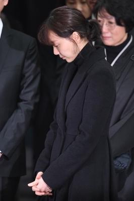 이유영, '두 손 모으고 고인과 이별'
