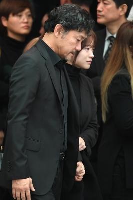 故 김주혁 발인, 안타까운 표정 감출 수 없는 정진영-천우희