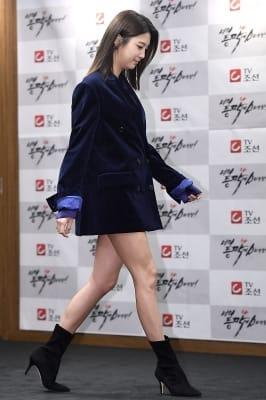엄현경, '재킷만 입은 듯 한 과감한 패션'