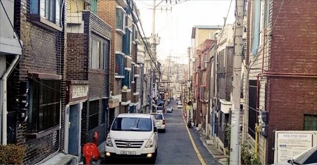 < 소방차 한 대 지나가기 힘든데… > 경기 성남시에서 도시재생사업을 거부하는 주민들의 민원이 빗발치고 있다. 사진은 도시재생사업 전환을 거부하고 있는 성남 수정구 수진1재개발예정구역. 한경DB