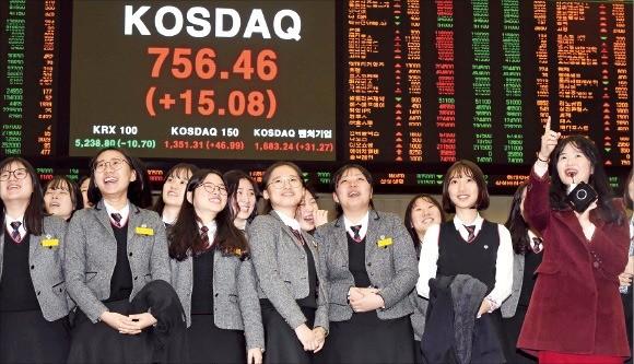 코스닥지수가 2년3개월 만에 750선을 돌파한 14일 한국거래소를 방문한 청주여자상업고 학생들이 시세전광판 앞에서 환하게 웃고 있다. 신경훈 기자 khshin@hankyung.com