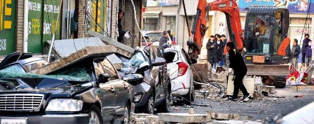 < 처참하게 구겨진 자동차 > 경북 포항시에서 15일 규모 5.4의 강한 지진이 발생했다. 1978년 지진 관측을 시작한 이래 두 번째로 큰 규모다. 포항시 흥해읍 마산리 도로변에서 건물 외벽이 무너져 내려 주차된 차량을 덮쳤다.  /경상일보 제공