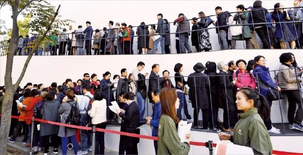 현대건설과 대림산업이 지난달 서울 상일동에서 분양한 '고덕 아르테온'의 모델하우스엔 주말 4만2000여 명의 인파가 몰렸다. 이 단지는 평균 10 대 1의 청약경쟁률을 나타냈다.  한경DB