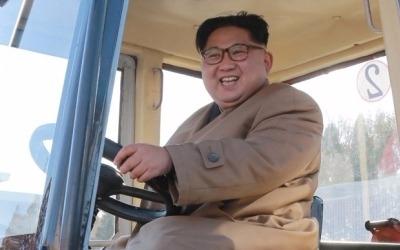 도발 멈춘 북한 김정은, 이번엔 트랙터 공장 방문