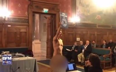 프랑스 파리 시내 구청 회의장서 기습 나체시위