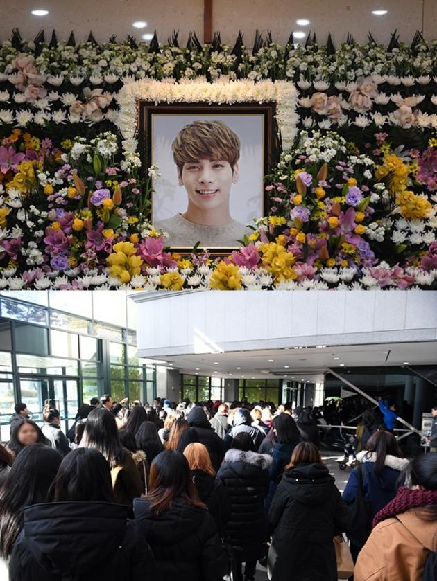 고 샤이니 종현의 빈소에 수 많은 팬들이 찾아 그를 애도했다. <사진공동취재단>