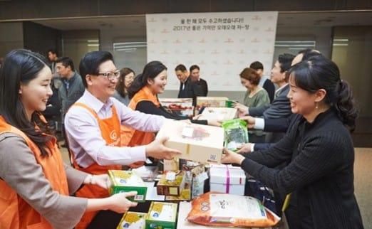 바자회에서 문석 대표이사(좌측 두번째)가 사업장에서 보내온 물품을 판매하고 있다.