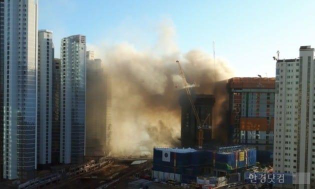 경기 수원시 영통구 광교신도시 공사현장에서 화재가 발생했다. (사진 독자제공)