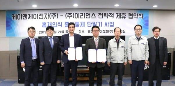 이리언스 김성현 대표와 케이앤제이전자 김기동 대표(좌측에서 3번째와 4번째)