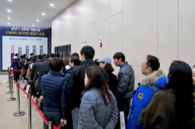 평균 42.5대 1의 오피스텔 청약 경쟁률을 기록한 '동탄역 파라곤' 모델하우스 집객 모습.