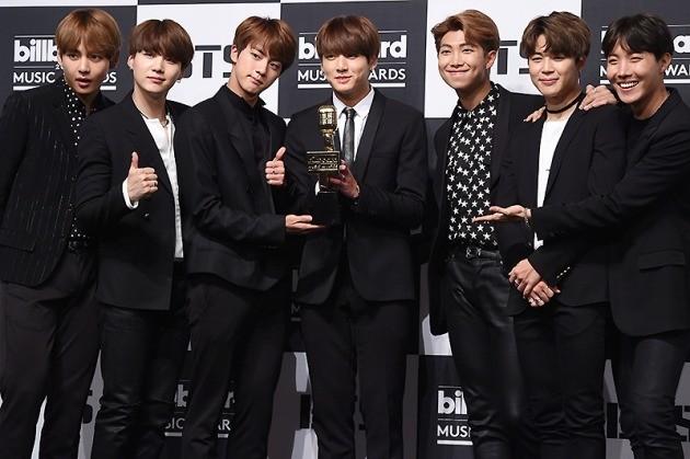 방탄소년단(BTS)이 지난 5월 29일 오전 서울 소공동 롯데호텔에서 열린 '2017빌보드 뮤직 어워드(2017 Billboard Music Awards)' 수상 기념 기자회견에 참석해 포토타임을 갖고 있다. / 변성현 기자