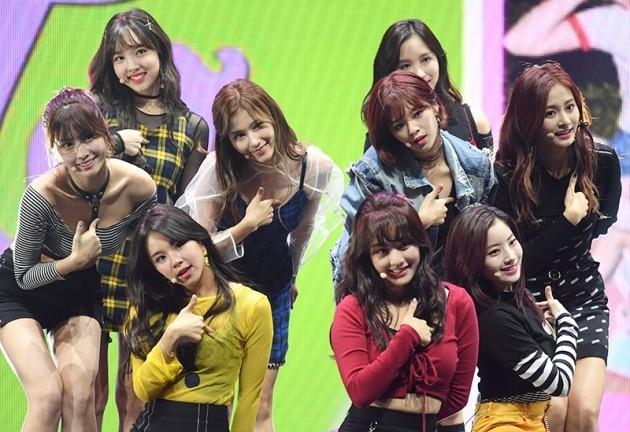 그룹 트와이스 미나가 지난 10월30일 오후 서울 광장동 예스24라이브홀에서 열린 첫 번째 정규앨범 '트와이스타그램'(Twicetagram) 발매 기념 쇼케이스에 참석해 공연을 펼치고 있다. / 변성현 기자