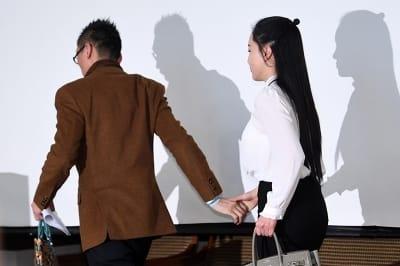 기자회견장 빠져나가는 왕진진-낸시랭 부부
