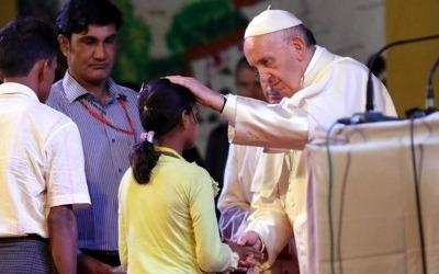 교황, 로힝야 난민 만나 축복… 아시아 순방 첫 '로힝야' 지칭