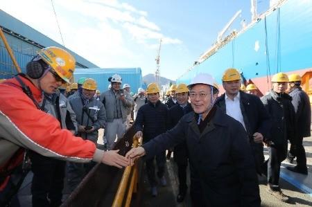 문재인 대통령이 3일 경남 거제도 대우조선해양을 방문해 건조중인 LNG 운반선을 둘러본뒤 직원들과 악수하고 있다./허문찬 기자