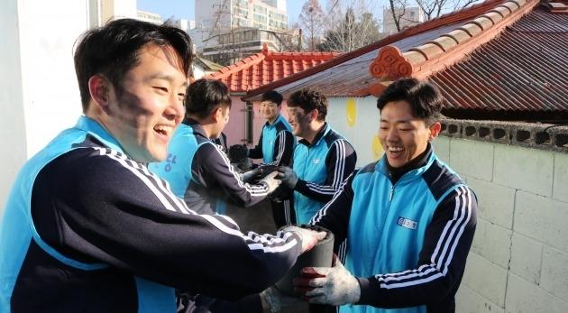 종근당, 파주시 독거노인·저소득층에 연탄 4000장 전달