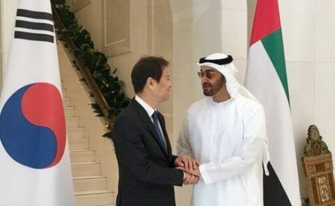 임종석 대통령 비서실장이 쉐이크 모하메드 빈 자이드 알 나흐얀 왕세제와 만나 악수하는  모습