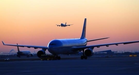 인천국제공항 제2여객터미널 계류장에서 바라본 아침 해가 붉게 떠오르고 있다. 인천국제공항 제2여객터미널(T2)은 2018년 1월18일 개항을 앞두고 있다.  /김범준기자