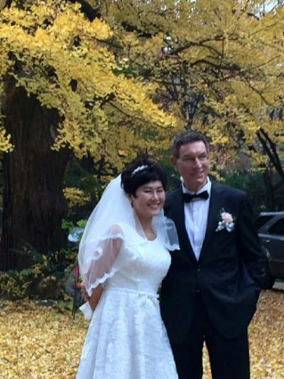 지난해 11월 서울 혜화동 한 성당에서 결혼식을 올린 한비야(왼쪽). / 사진=월드비전 제공