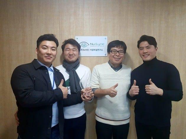 김도형 대표(왼쪽)와 와이브레인에서부터 함께 해 온 뉴아인 창립 멤버들