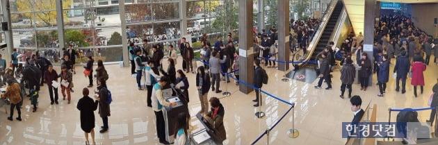 지난해 서울 운니동의 한 모델하우스에서 진행된 잔여가구 추첨. 한경DB
