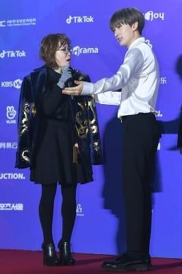 슈퍼주니어 은혁, '박슬기에 재킷 벗어주는 매너남' (서울가요대상)
