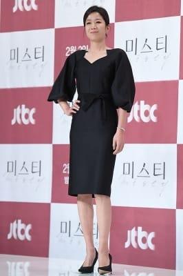 전혜진, '올블랙 패션으로 시크하게~'
