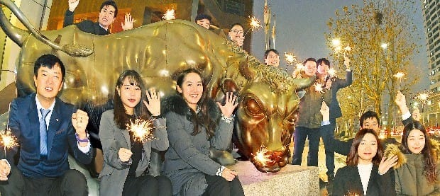 지난해 코스피지수는 6년간의 박스권(1800~2200)을 탈출해 사상 최고 기록(11월2일 장중 2561.63)을 세웠다. 금융투자협회 직원들이 지난해 12월29일 서울 여의도 금융투자협회 사옥 앞 황소상에서 강세장이 이어지기를 기원하며 불꽃 막대를 흔들고 있다.  강은구  기자egkang@hankyung.com