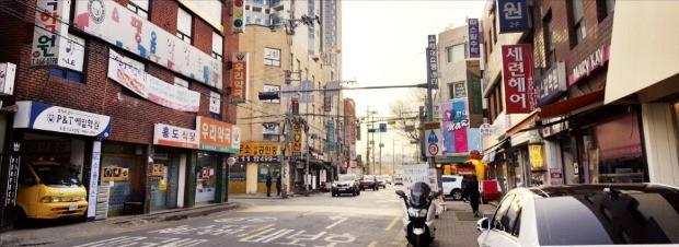 서울 성동구 성수동 전략정비구역에 있는 낡은 다세대·연립주택. 한강변에서 유일하게 50층 건립이 가능하다는 장점이 부각되면서 소형 연립주택 등의 3.3㎡당 가격이 1억원을 돌파했다.  /한경DB