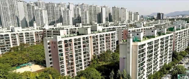 재건축 아파트 장기 보유자의 조합원 지위 양도가 오는 25일부터 허용될 예정이지만 서울 강남권 일부 재건축단지에선 벌써 매물을 사고파는 '선거래'가 이뤄지고 있다. 사진은 전용 95㎡ 매물이 16억원을 호가하는 송파구 잠실미성·크로바 아파트. 한경DB