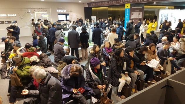 최근 경기 과천에서 문을 연 '과천센트럴파크푸르지오써밋' 모델하우스를 찾은 방문객들. 한경DB