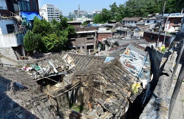 재개발을 추진하다 서울시의 '한양도성 성곽' 보존 방침으로 사업이 중단된 종로구 사직2구역. 서울시의 도시재생 사업 후보 지역 가운데 하나다. 한경DB